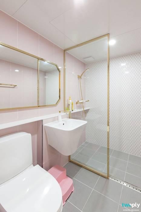 대전인테리어 신동아파밀리에 45평 아파트 탑층 인테리어: 디자인투플라이의  욕실