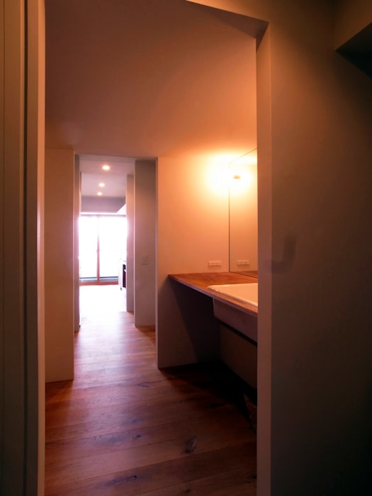 ita house: Takeru Shoji Architects.Co.,Ltdが手掛けたフローリングです。,オリジナル