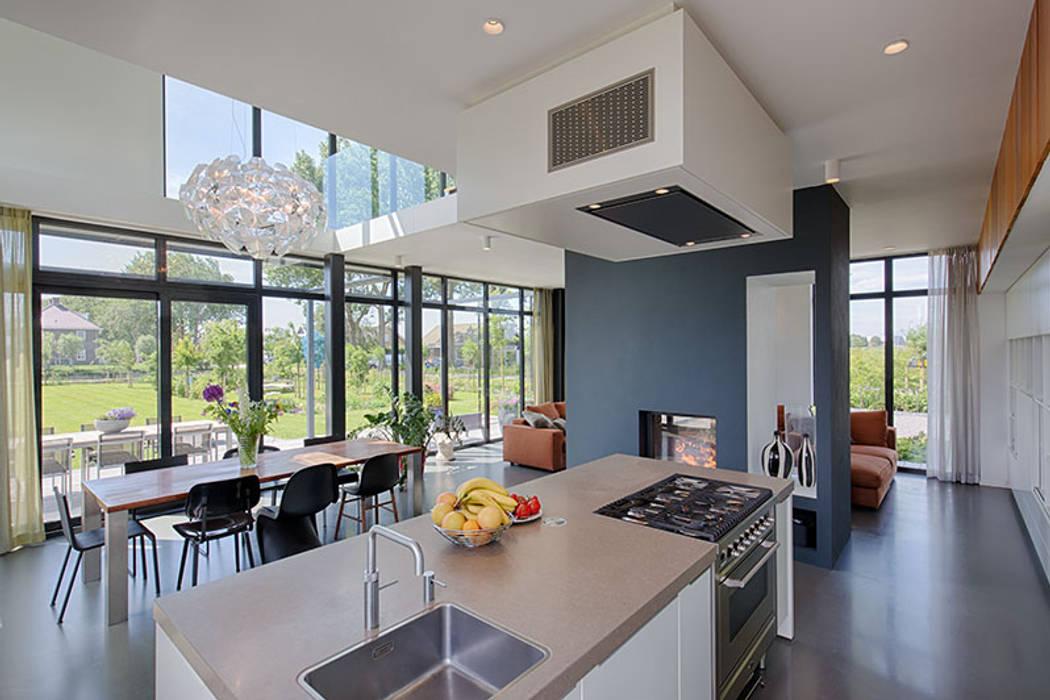 Open Haard Tuin : Keuken met uitzicht op maatwerk openhaard eetkamer en omliggende