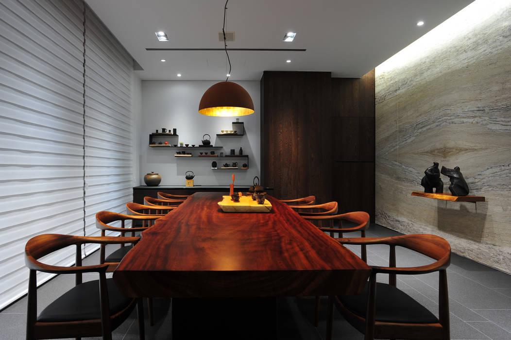 Living room by 黃耀德建築師事務所  Adermark Design Studio,
