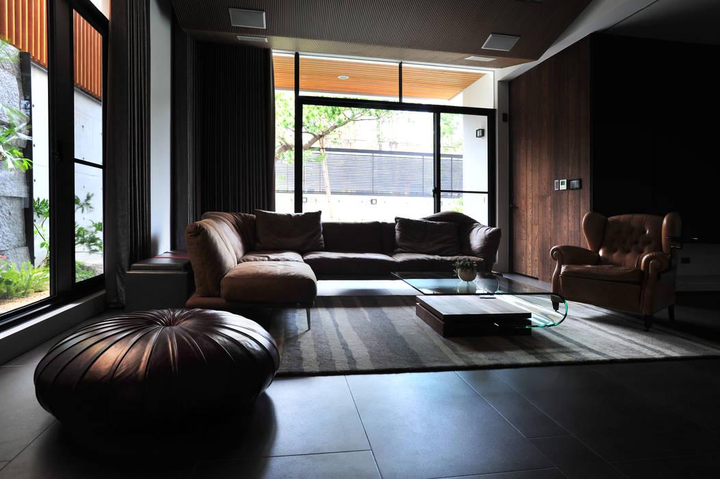 Salle multimédia de style  par 黃耀德建築師事務所  Adermark Design Studio,