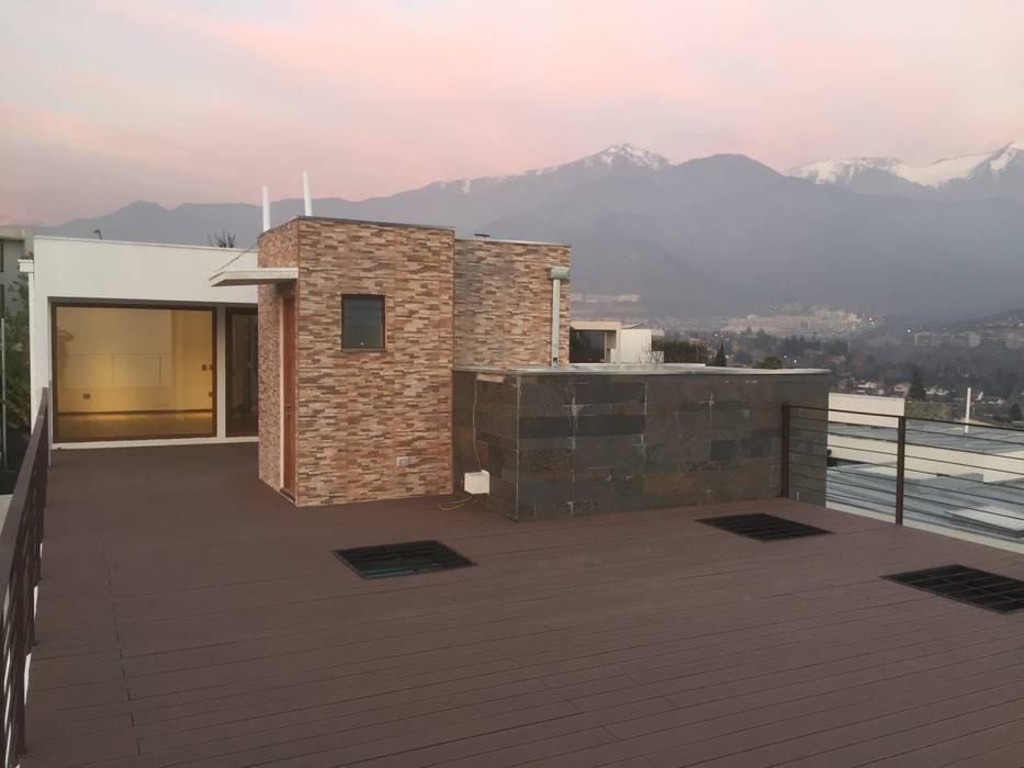 Terraza con quincho con vista a la cordillera : Terrazas  de estilo  por Arqsol