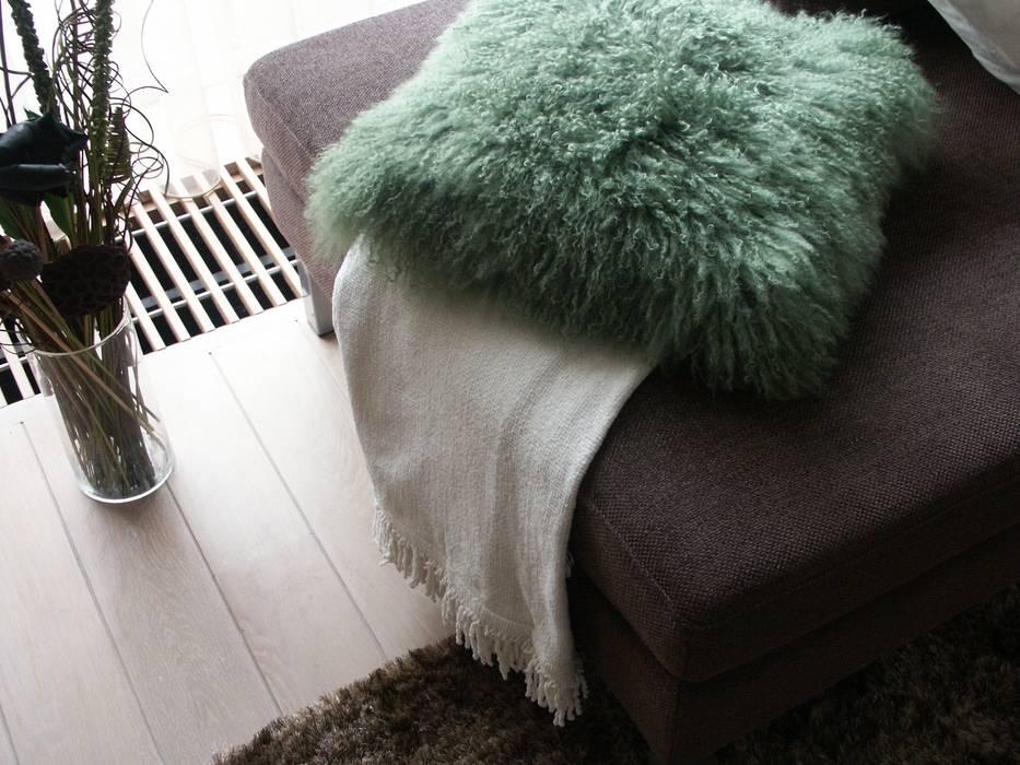 现代客厅設計點子、靈感 & 圖片 根據 living by JM 現代風