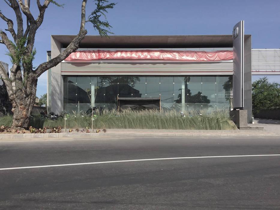 Tampak depan Dealer Mobil Modern Oleh studio moyn Modern