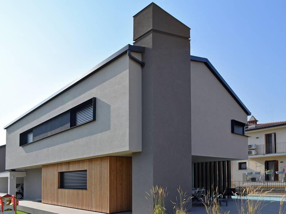 Villa in legno moderna a Flero (Brescia): Case in stile  di Marlegno,