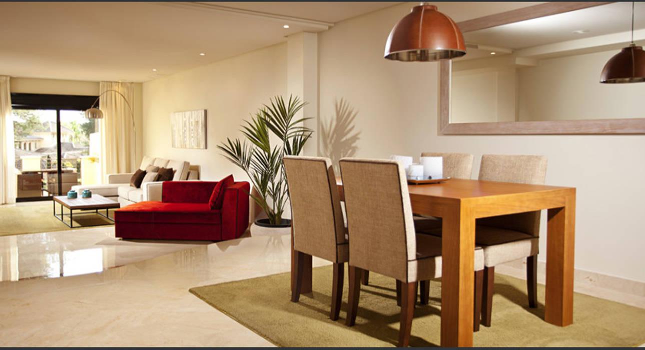 Comedor y salón con mesa de madera y sillas tapizadas de color beige ...
