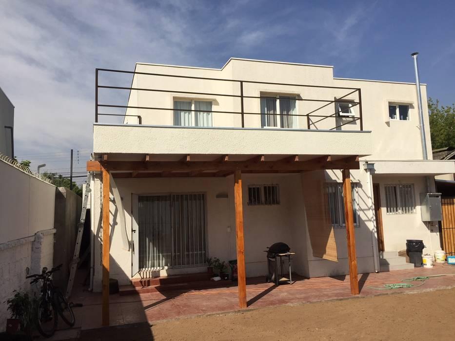 Fachada posterior con terraza: Casas unifamiliares de estilo  por Arqsol