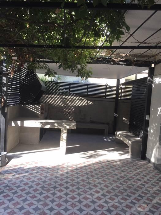 Terraza con estructura de fierros tubulares, materialidad metálica para sostener parron existente Balcones y terrazas modernos de Arqsol Moderno
