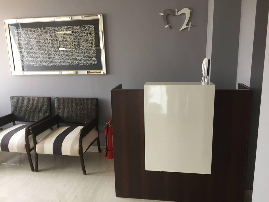 Sala de espera y mesón de recepción: Oficinas y Comercios de estilo  por Arqsol