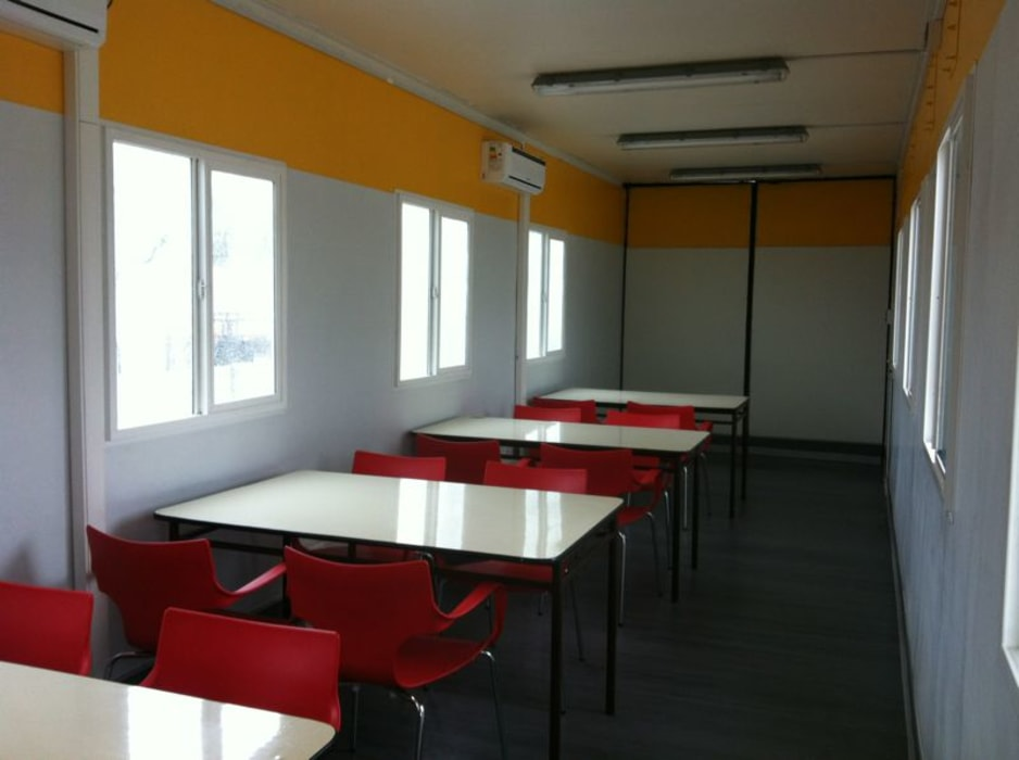 Mesas dispuestas en líneas para acoger por turnos al personal Arqsol ComedorMesas