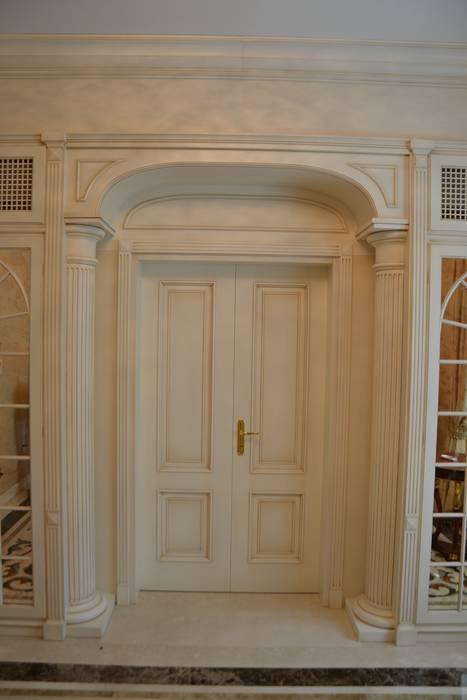 Porte classiche: Sala da pranzo in stile  di Turati Boiseries