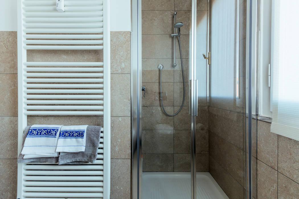 AMA: Bagno in stile  di COBE architetti