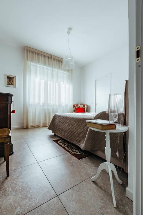 AMA: Camera da letto in stile  di COBE architetti