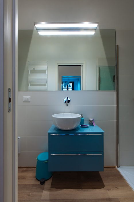 GTT: Bagno in stile in stile Moderno di COBE architetti