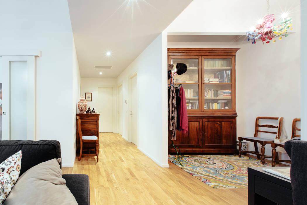 MCR: Ingresso & Corridoio in stile  di COBE architetti