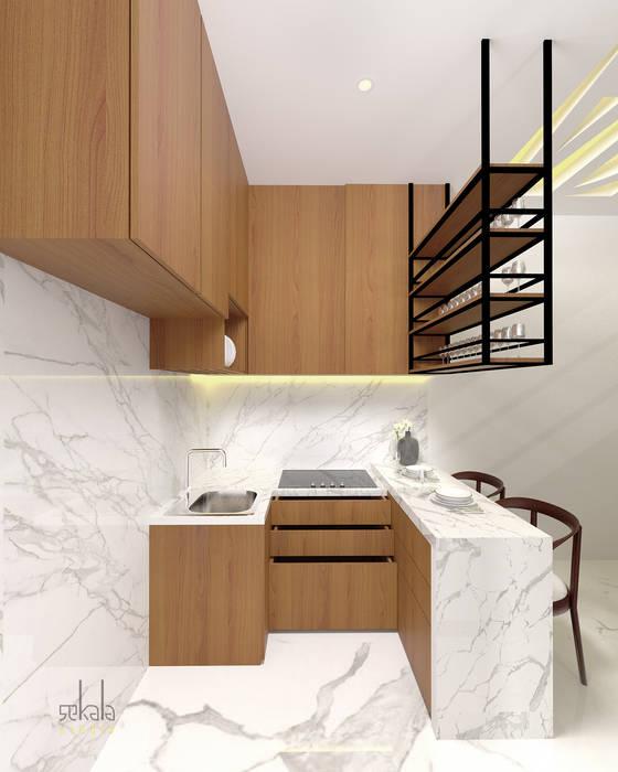 Interior Rumah Cutra Harmoni: Dapur oleh SEKALA Studio,
