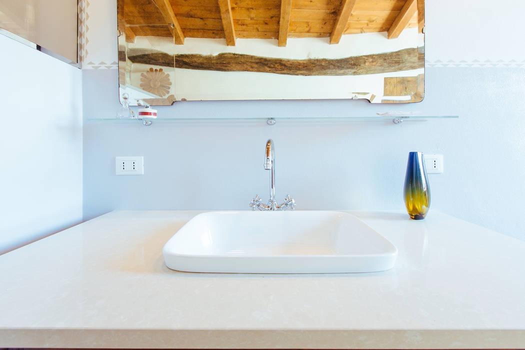 GRS: Bagno in stile in stile Rustico di COBE architetti