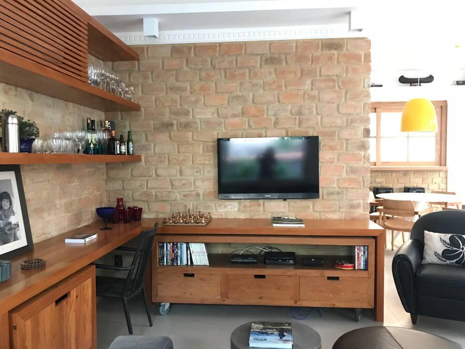 Rustic style living room by Maria Claudia Faro Rustic Bricks