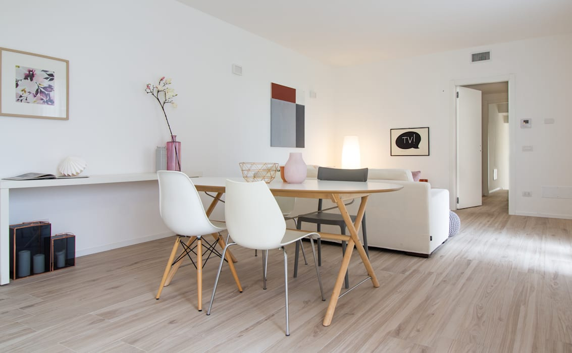 Home staging – Varese - trilocale in vendita nel complesso I Giardini di Casbeno : Sala da pranzo in stile  di Boite Maison