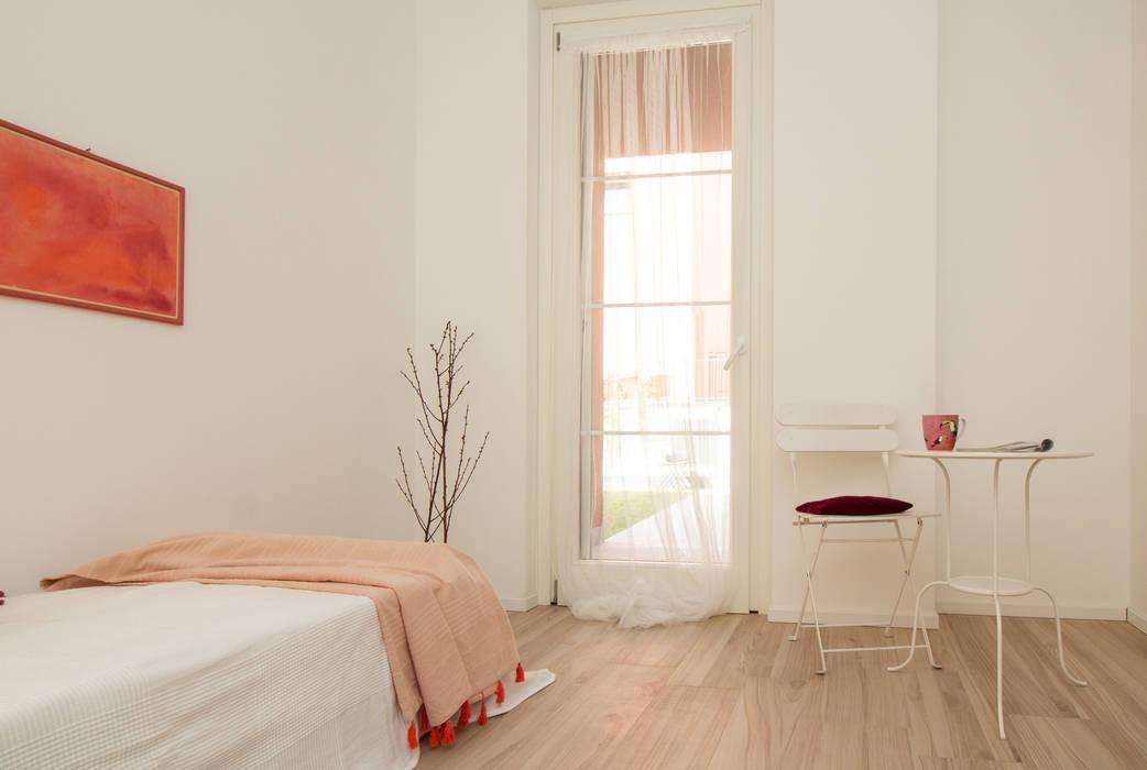 Home staging – Varese - trilocale in vendita nel complesso I Giardini di Casbeno : Camera da letto in stile in stile Moderno di Boite Maison