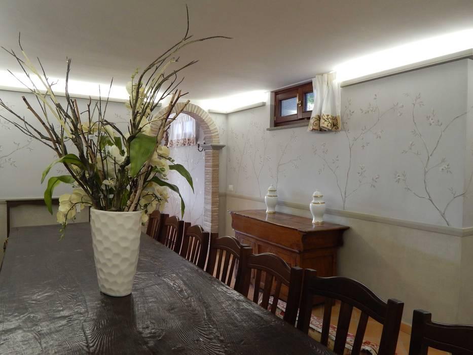 Decorazione pareti con boiserie: Sala da pranzo in stile in stile Classico di Meraki di Irene Mancini