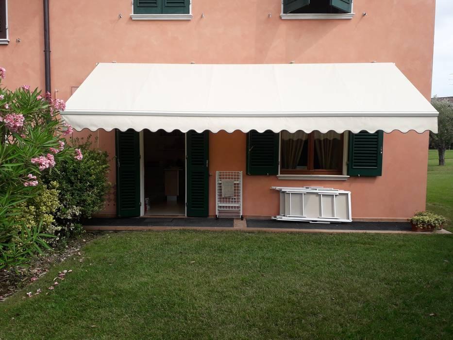 tenda da sole : Case in stile in stile Moderno di zinesi design