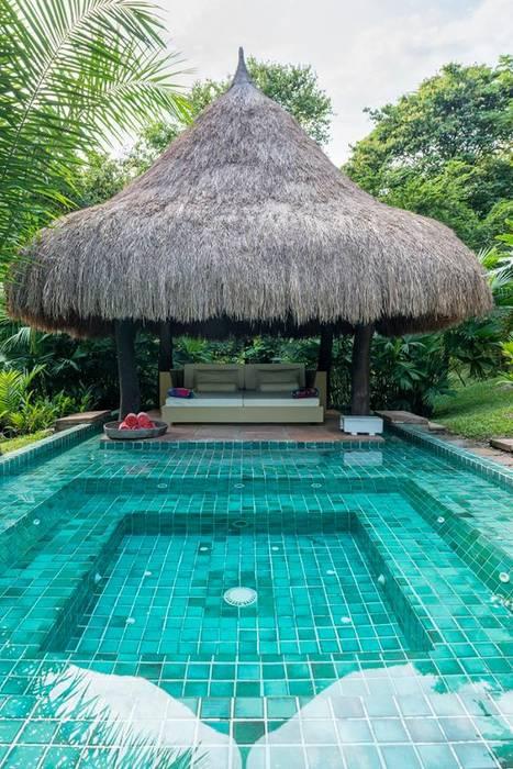 Casa Mesa de Yeguas: Piscinas de jardín de estilo  por NOAH Proyectos SAS