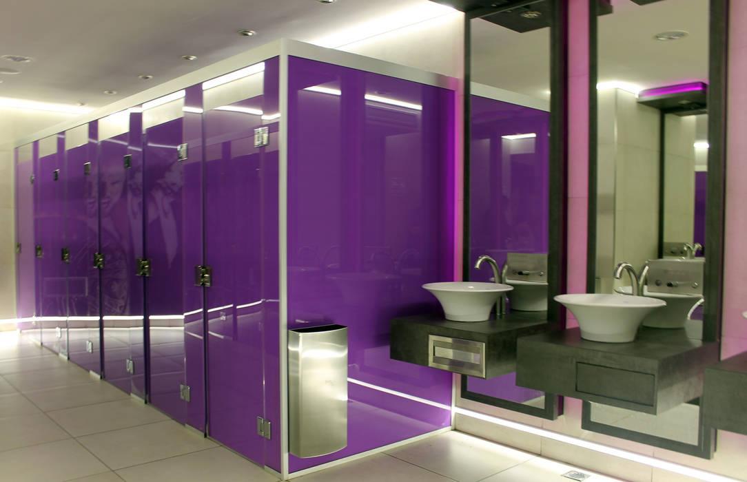 discoteca- baños Bares y clubs de estilo moderno de Triad Group Moderno Metal