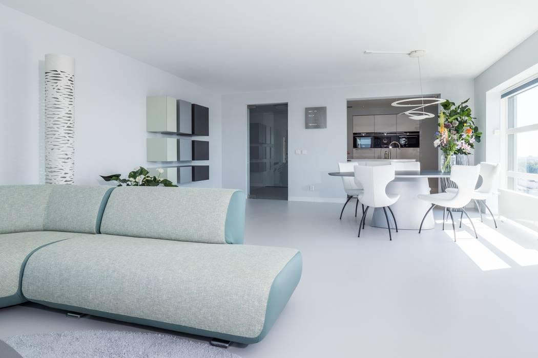 Lichtgrijze pu mono gietvloer in moderne woning: vloeren door motion