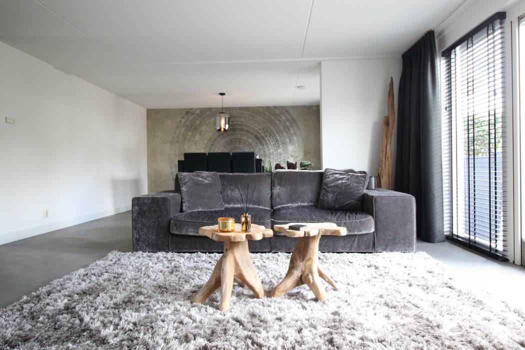 Cementgebonden gietvloer in moderne stoere woonkamer:  Vloeren door Motion Gietvloeren