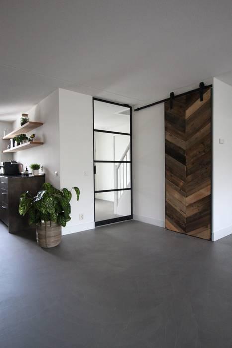 Cementgebonden gietvloer in moderne stoere woning van Motion Gietvloeren Modern Beton