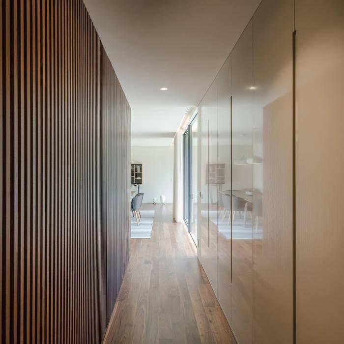 Casa Rio Mau: Corredores e halls de entrada  por Raulino Silva Arquitecto Unip. Lda
