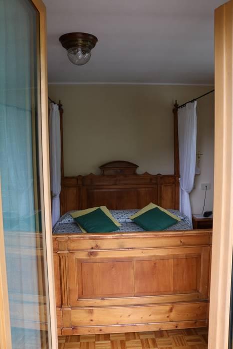 dare nuova vita al letto ereditato: Camera da letto in stile  di L'Antica s.a.s.