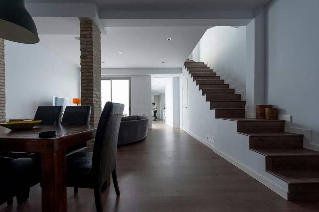 Reforma de una casa unifamiliar en Algemesí: Salones de estilo  de miguel cosín