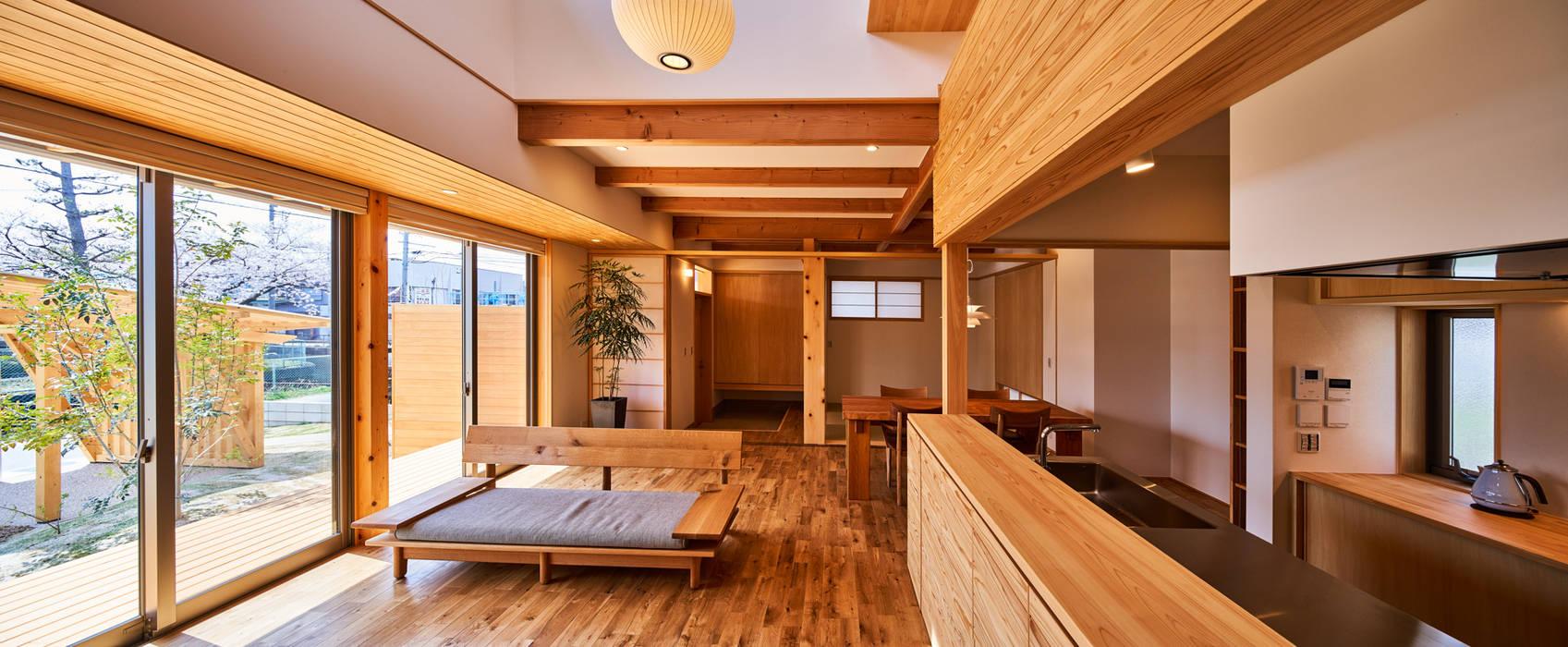 神守の家: 梶浦博昭環境建築設計事務所が手掛けたリビングです。