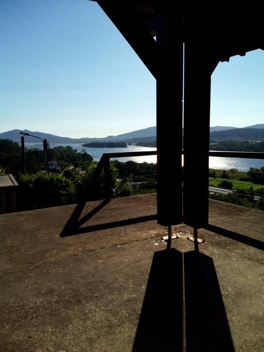 Finalista Varandas, marquises e terraços rústicos por Rusticasa Rústico Madeira maciça Multicolor