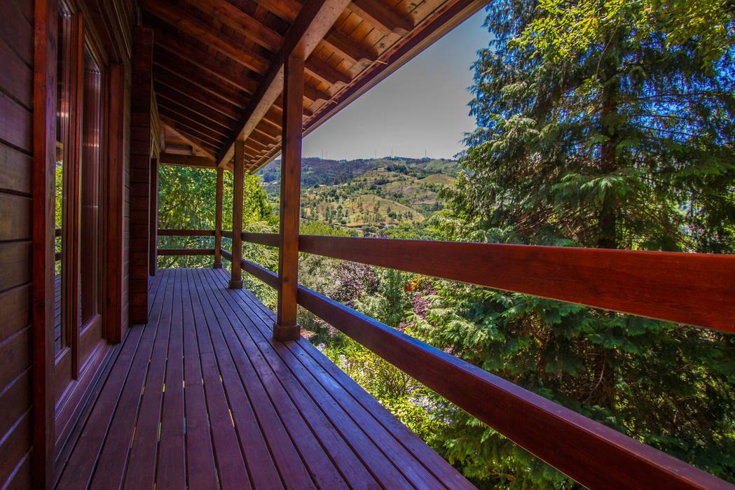 Balkon, Beranda & Teras Gaya Rustic Oleh Rusticasa Rustic Parket Multicolored