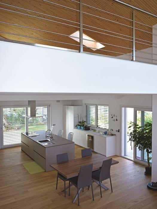 Villa in legno moderna a Lazzate (Monza Brianza): Soggiorno in stile  di Marlegno