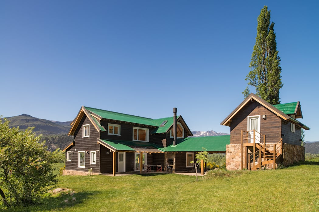 by Patagonia Log Homes - Arquitectos - Neuquén Classic Solid Wood Multicolored