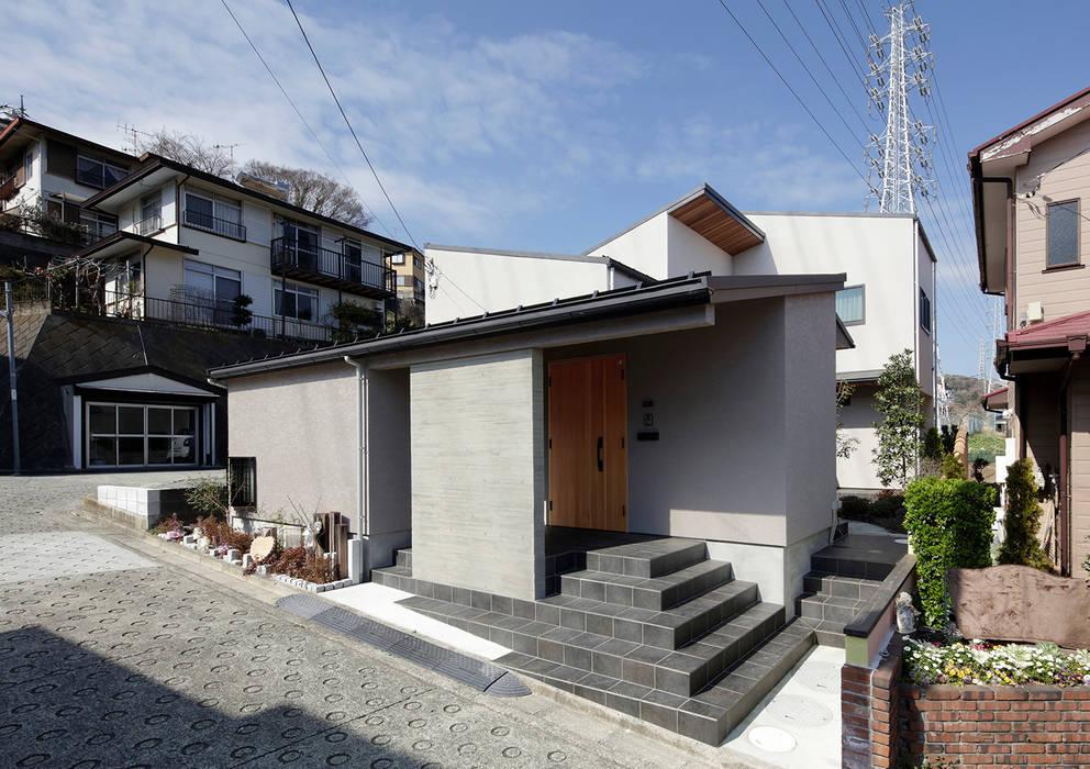 Casas unifamiliares de estilo  por 腰越耕太建築設計事務所,