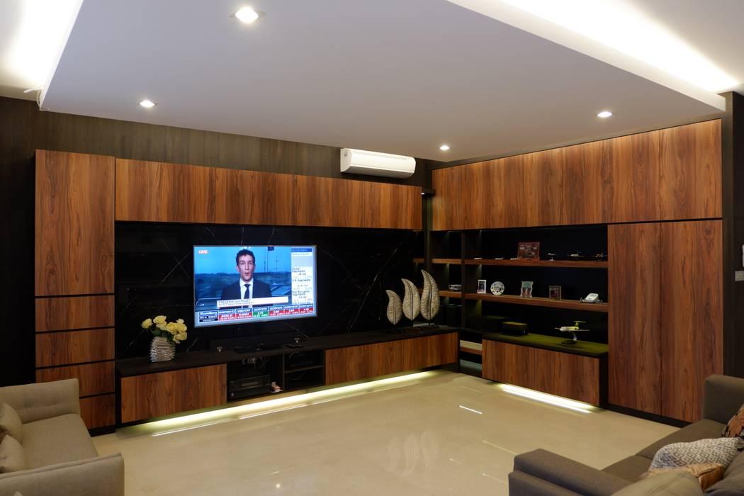 TV cabinet dan display: Ruang Keluarga oleh Exxo interior, Modern Batu