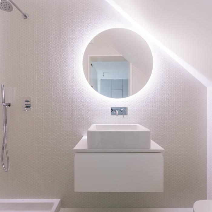 Apartamento na Lapa: Casas de banho  por Maria Inês da Costa | ARQUITECTURA