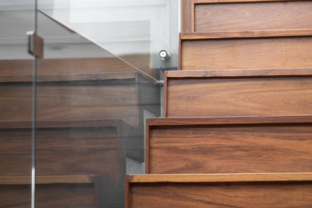 Casa Al Villa: Escaleras de estilo  por TaAG Arquitectura, Minimalista Compuestos de madera y plástico