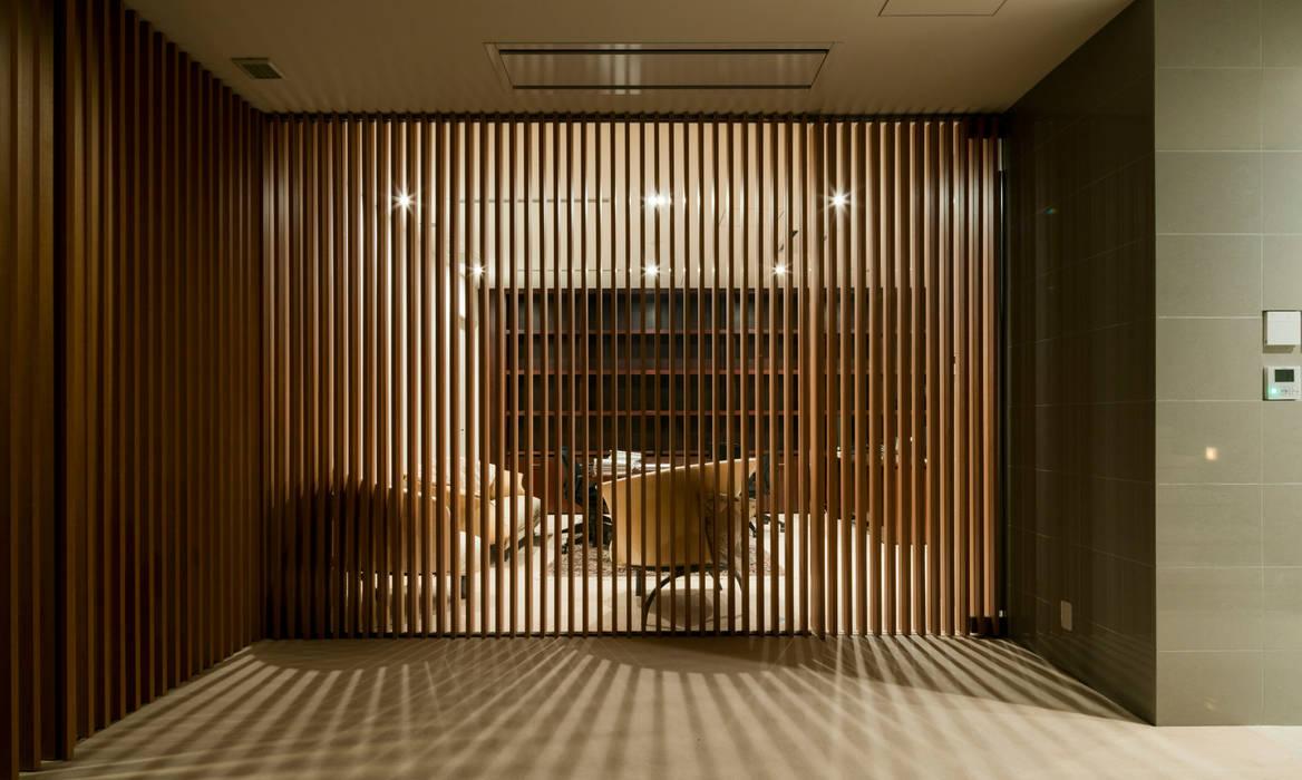 高輪台 建築家志望だった施主と協働して理想の住まいづくり House in Urban Setting 01: JWA,Jun Watanabe & Associatesが手掛けた書斎です。,