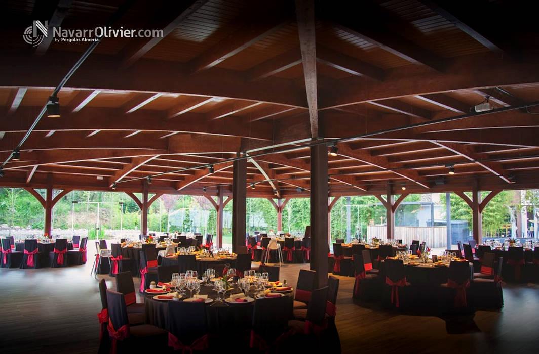 Salón de bodas en madera y cristal Salones de eventos de estilo moderno de NavarrOlivier Moderno Madera Acabado en madera