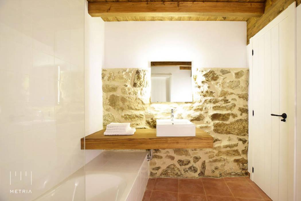 Baño rural reformado: Baños de estilo  de METRIA, Rústico Piedra