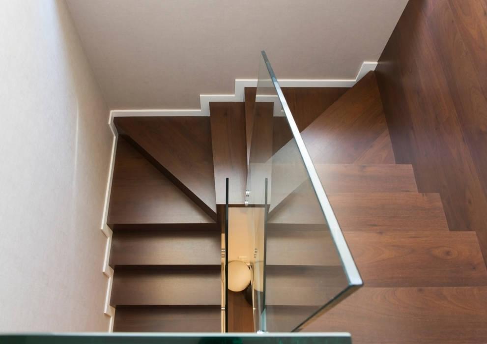 Residencial 1: Escaleras de estilo  de Sambori Design, Moderno