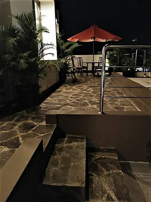 Roof Garden:  Teras by Amirul Design & Build