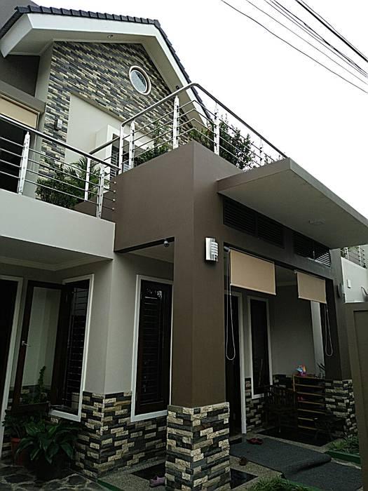 Entrance (Pintu Masuk) Utama:  Rumah tinggal  by Amirul Design & Build