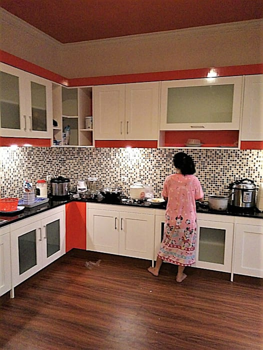 Pantri:  Dapur built in by Amirul Design & Build